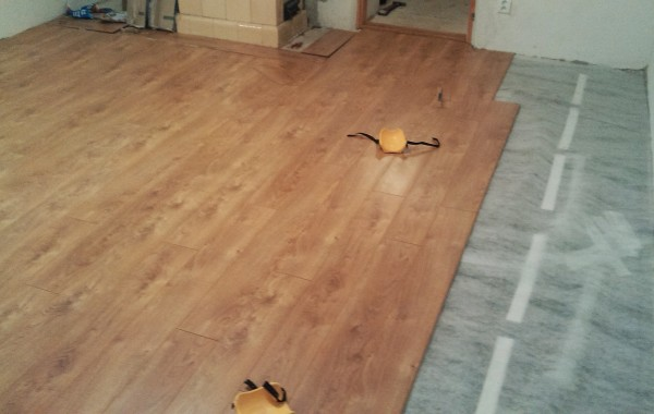 Chalupa Opátka – montáž podlahy